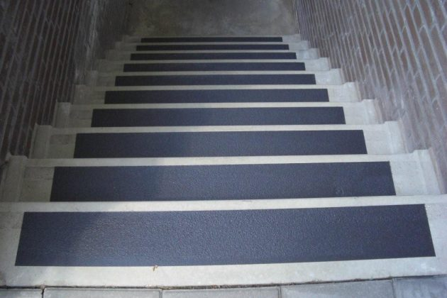 brede trappen hebben brede antislip-strips nodig
